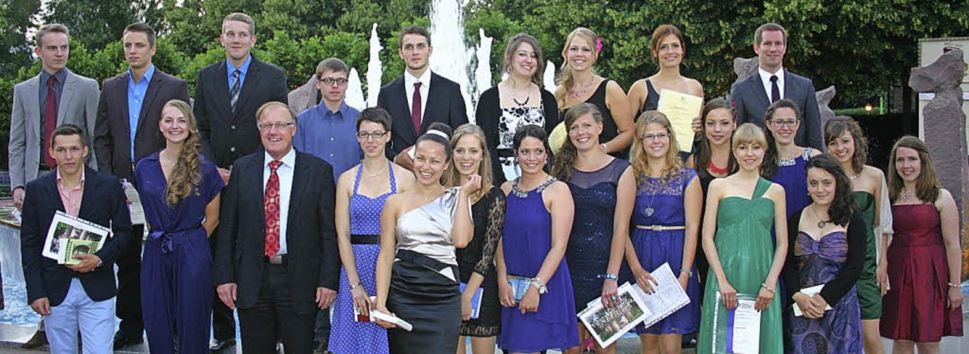 Schulleiter Herbert Huber gratuliert A...ten für ihre besonders gute Leistung.     Foto: Schule