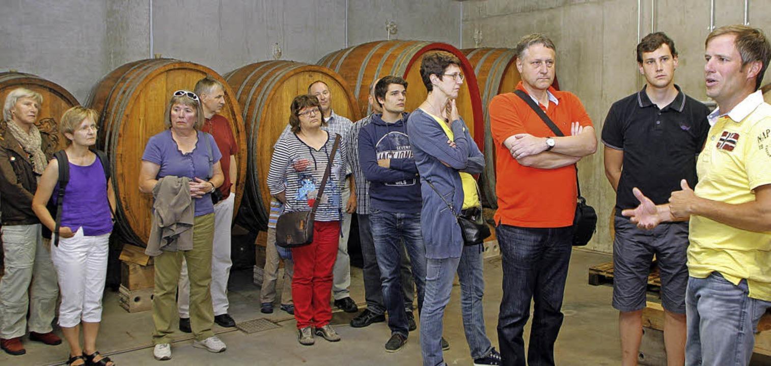 Markus Wöhrle (rechts) führt durch die Weinkeller.   | Foto: Heidi Fössel