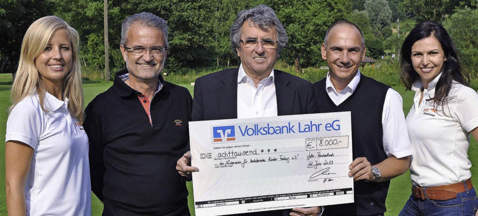 Übergabe des Schecks: Werner Kimmig (M...tsführer Ralf Korn und Diana Leutner.   | Foto: Verein