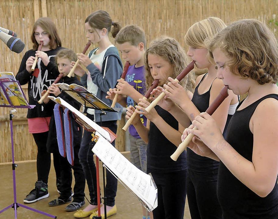 Mit dabei: die Flötengruppe der Grundschule     Foto: Wolfgang Künstle