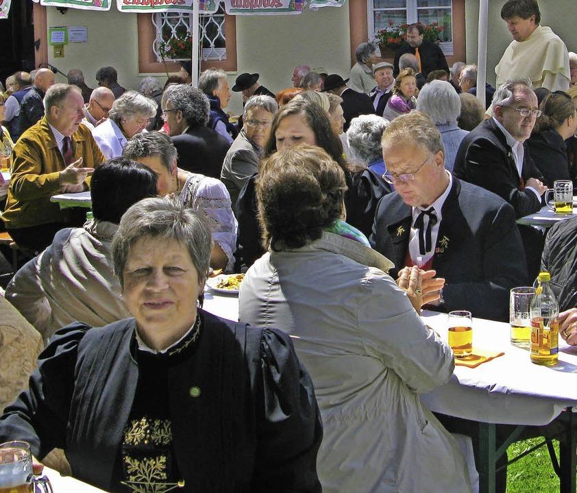 In der Gartenwirtschaft und mit den an...älteren Gäste das Pfarrfest in Bernau.  | Foto: Ulrike Spiegelhalter