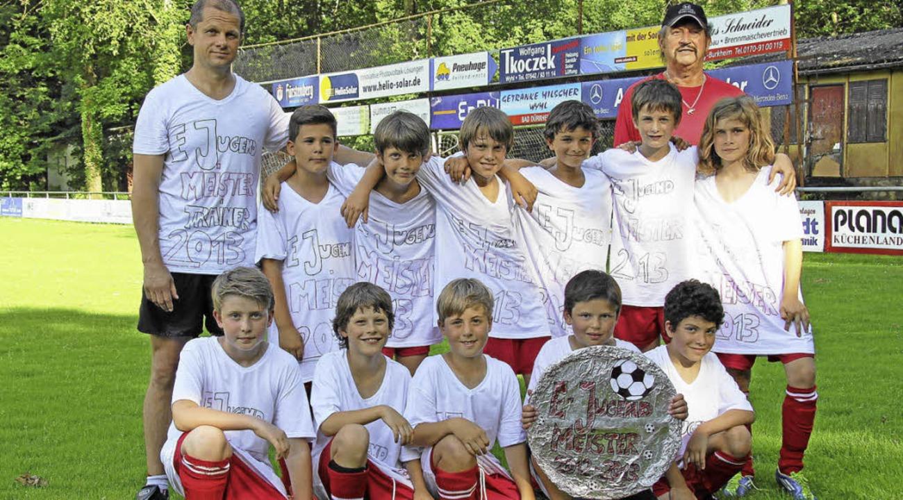 Die E-Jugendmannschaft vom SV Burkheim...vorsitzenden  Gerhard Jöslin (rechts).    Foto: herbert trogus