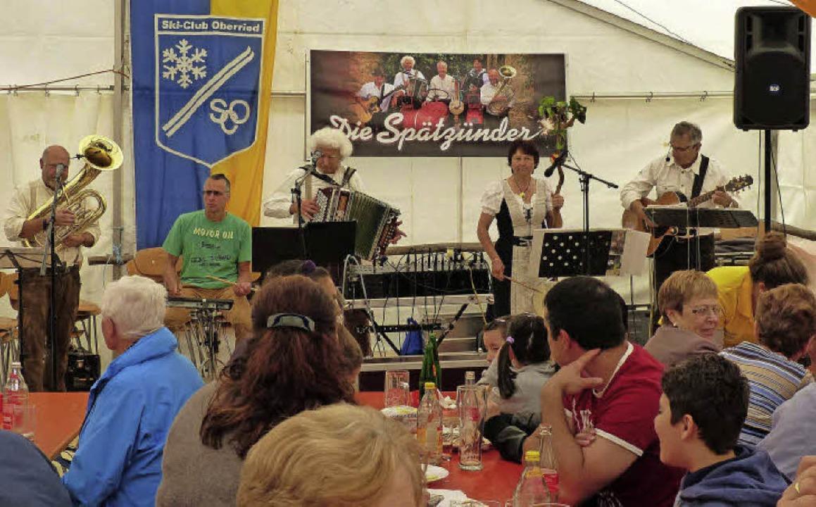 """Fröhliches """"Haxenfest"""" auf...zünder"""" spielen zur Kaffeezeit.     Foto: Barbara Odrich-Rees"""