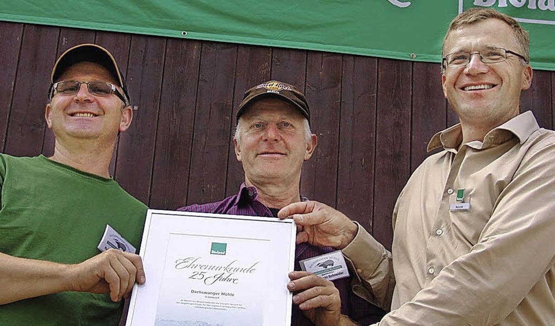Vizepräsident Marcus Arzt (rechts) übe...n-württembergischen Biolandverbandes.     Foto: Karin Wortelkamp