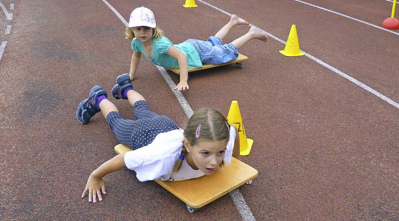 Auf dem Bauch liegend fahren diese Kin...m Spielfest 2011 durch einen Parcours.  | Foto: Archivfoto: Claudia Gempp