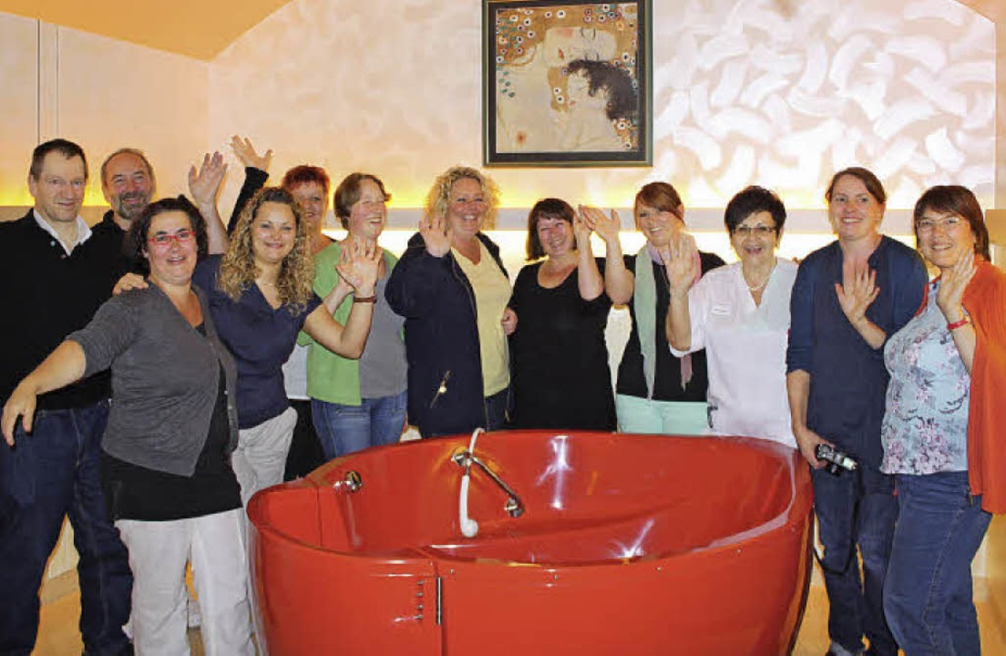 Letztmals im Kreißsaal des Bad Säcking...d Neuhauser (links) und die Hebammen.   | Foto: Privat