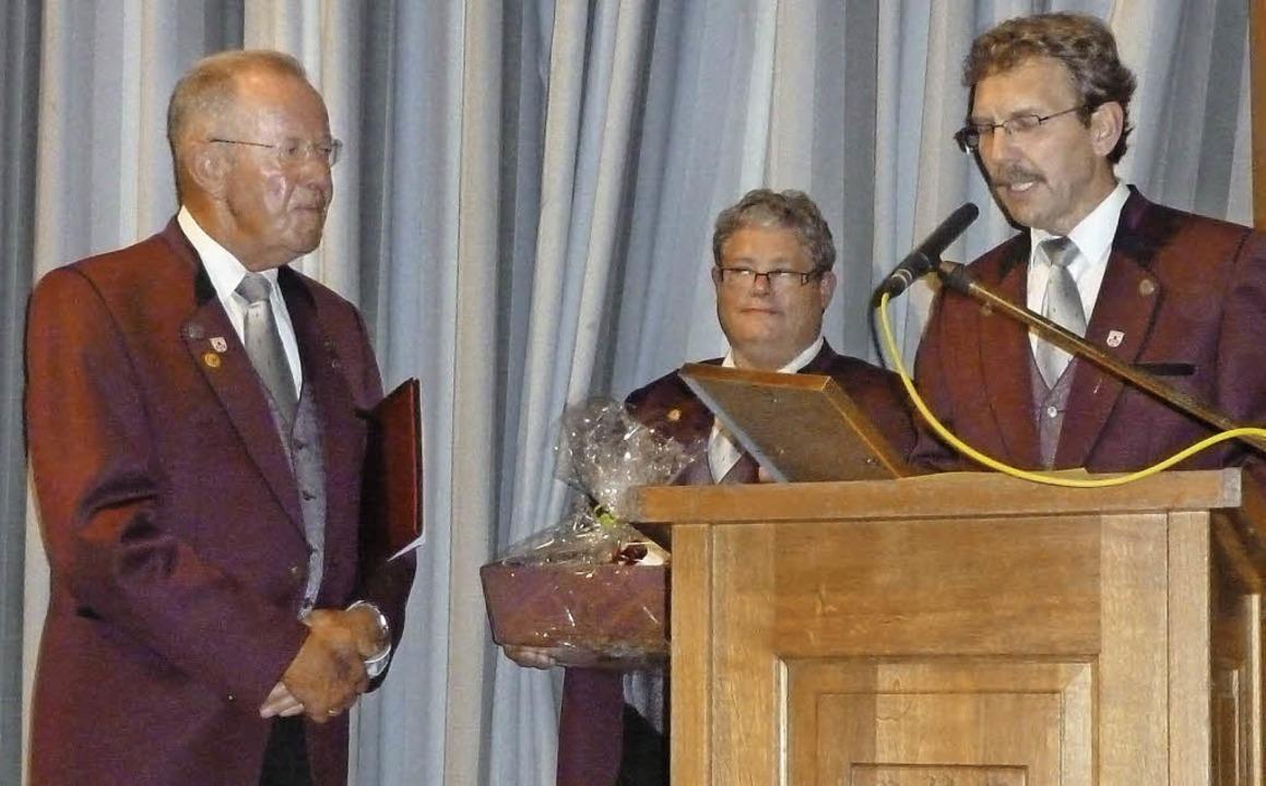 Zum Ehrenmitglied des MGV Untermünster...aas (Mitte) Trudpert Ortlieb (links).     Foto: E. Gross