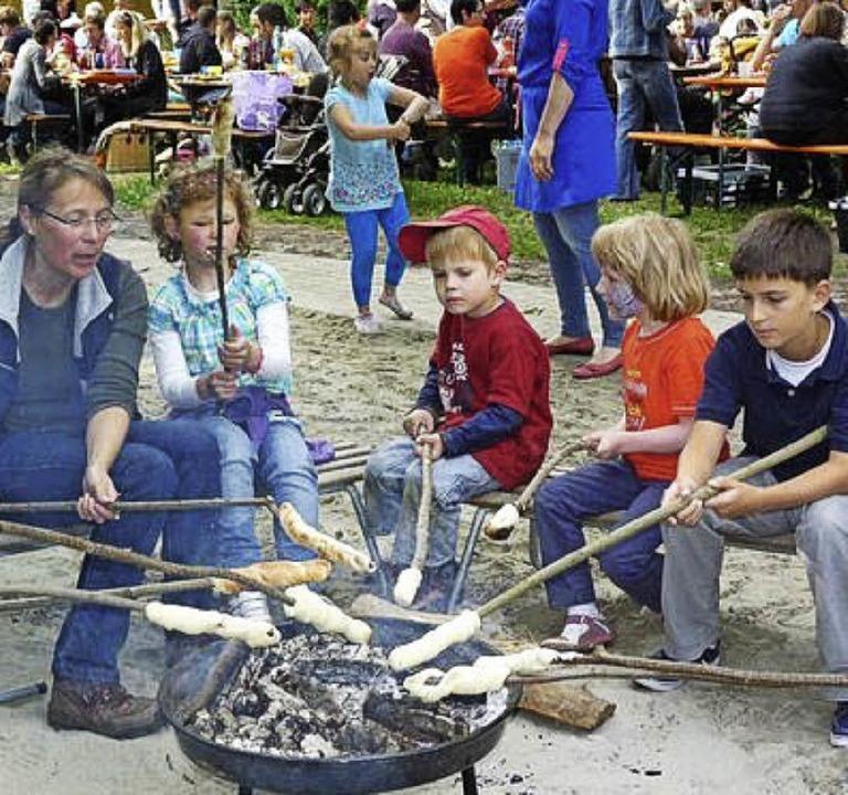 Zum Kindergartenfest gehörte auch Stockbrotgrillen.     Foto: Kindergarten
