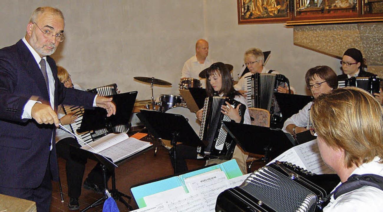 Das Akkordeon-Orchester Wyhlen bei sei... unter der Leitung von Gert Lenggeler     Foto: Heinz Vollmar