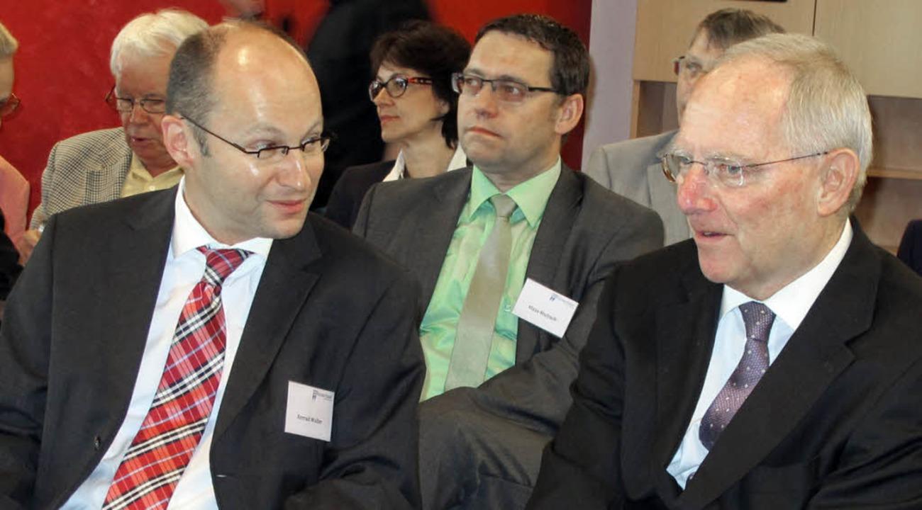 Wolfgang Schäuble (r.) mit Konrad Walt...), dahinter Acherns OB Klaus Muttach.   | Foto: Mimo