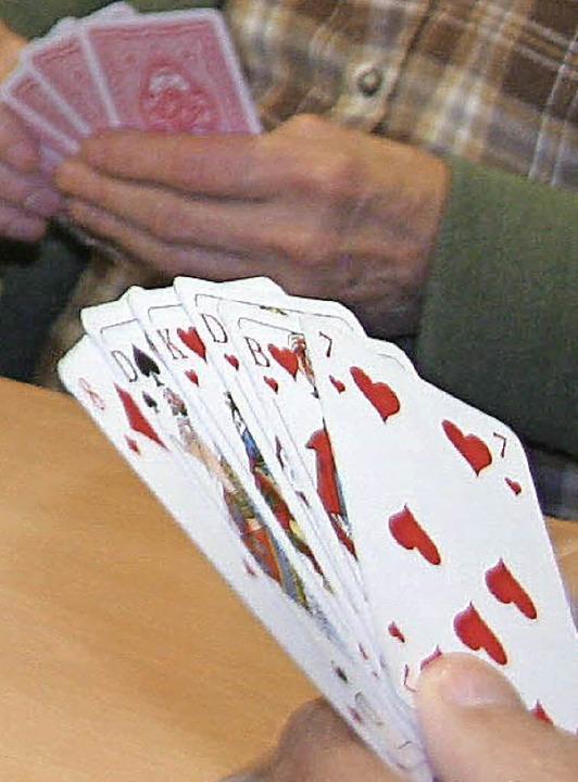 Das Jass-Spiel wird wieder beliebter. Um die 60 Teilnehmer waren zuletzt dabei.   | Foto: bild: jung-knoblich