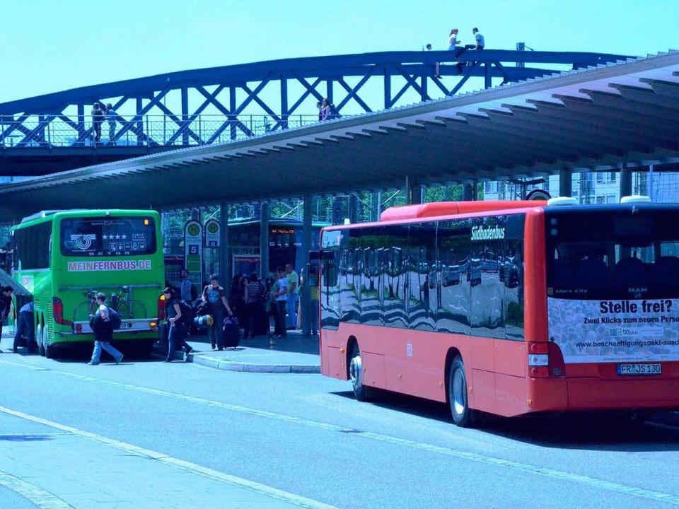 Grüner Fernbus, roter Regionalbus &#82...e Kapazitäten sind bald ausgeschöpft.     Foto: Verena Pichler
