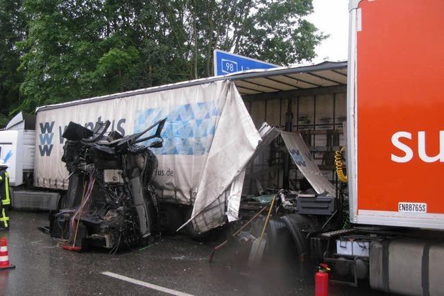 Verkehrschaos auf A98: Laster kracht auf Laster – Mehrere Folgeunfälle