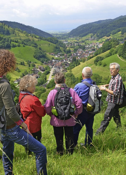 Praktisch: Dank der Ziegen bleiben auc...ie Wolfgang Eckerle (rechts) erklärt.   | Foto: Anita Fertl