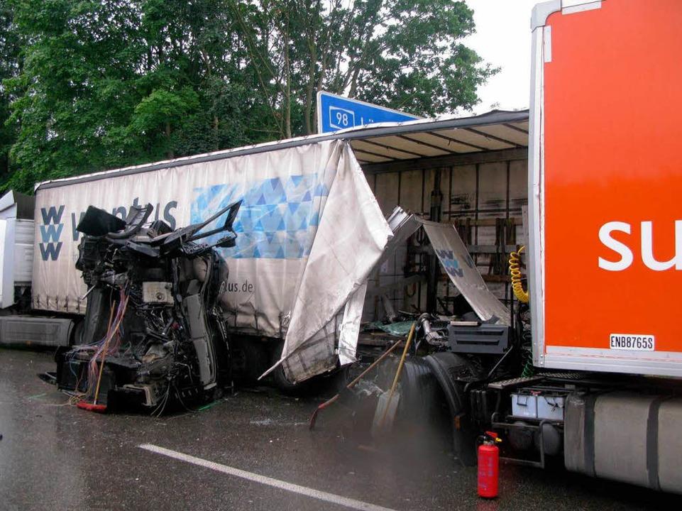 Durch den Unfall wurde die Fahrerkabine des Brummis abgetrennt.  | Foto: polizei