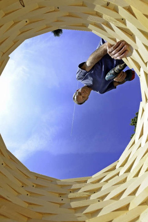 """Beim Bildhauer-Symposium arbeitet auch...an seinem Werk """"Turm II"""".     Foto: Ingo Schneider"""