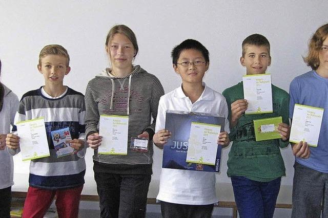 Junge Mathematiker hüpfen von Aufgabe zu Aufgabe