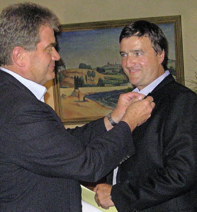 Arno Breitenfeld steckt seinem Nachfol...Ott als Lions-Präsident die Nadel an.   | Foto: Privat