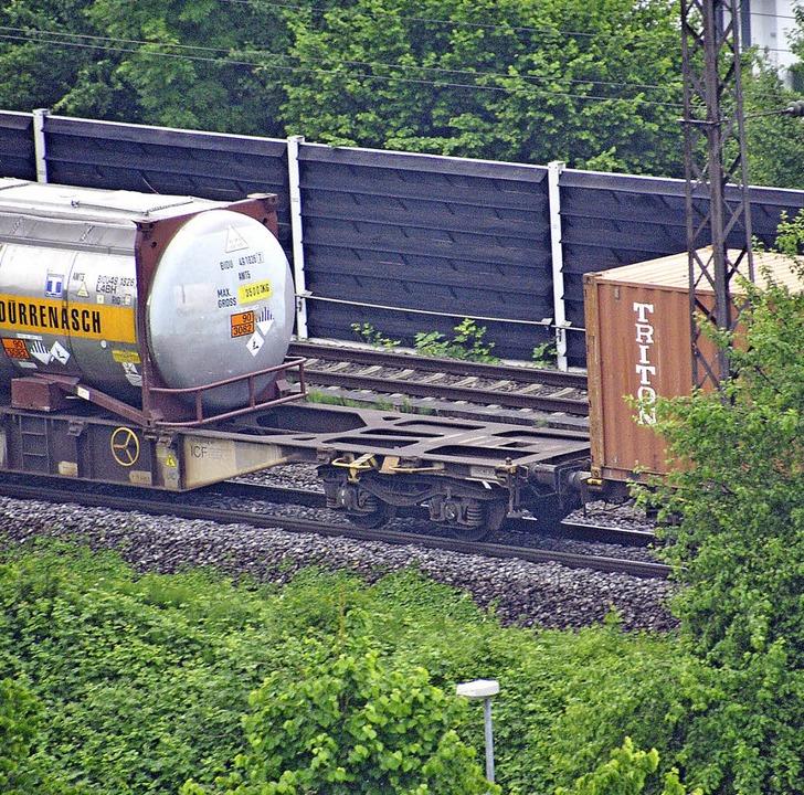 Nicht einmal der ganze Bahnsteig ist m...auf der Schiene ist (rechts)  Alltag.   | Foto: FRank Kiefer