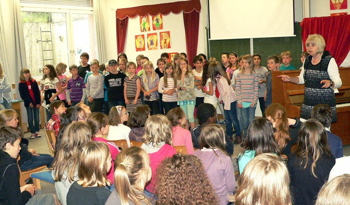 Jumelage-Besuch an der Grundschule Höl... Cornimont mit französischen Liedern.   | Foto: Georg Diehl