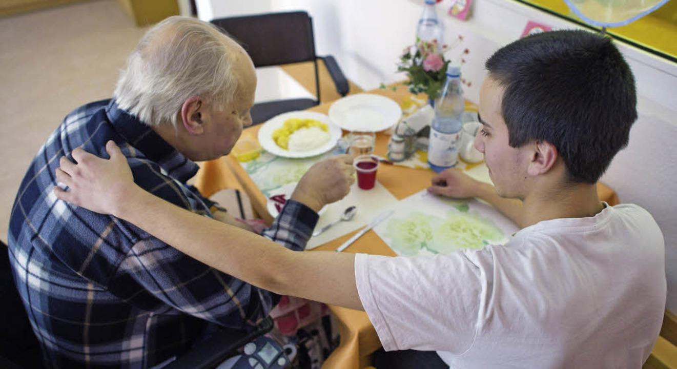 Im freiwilligen sozialen Jahr arbeiten...ie Frauen, die die Pflege übernehmen.     Foto: dpa