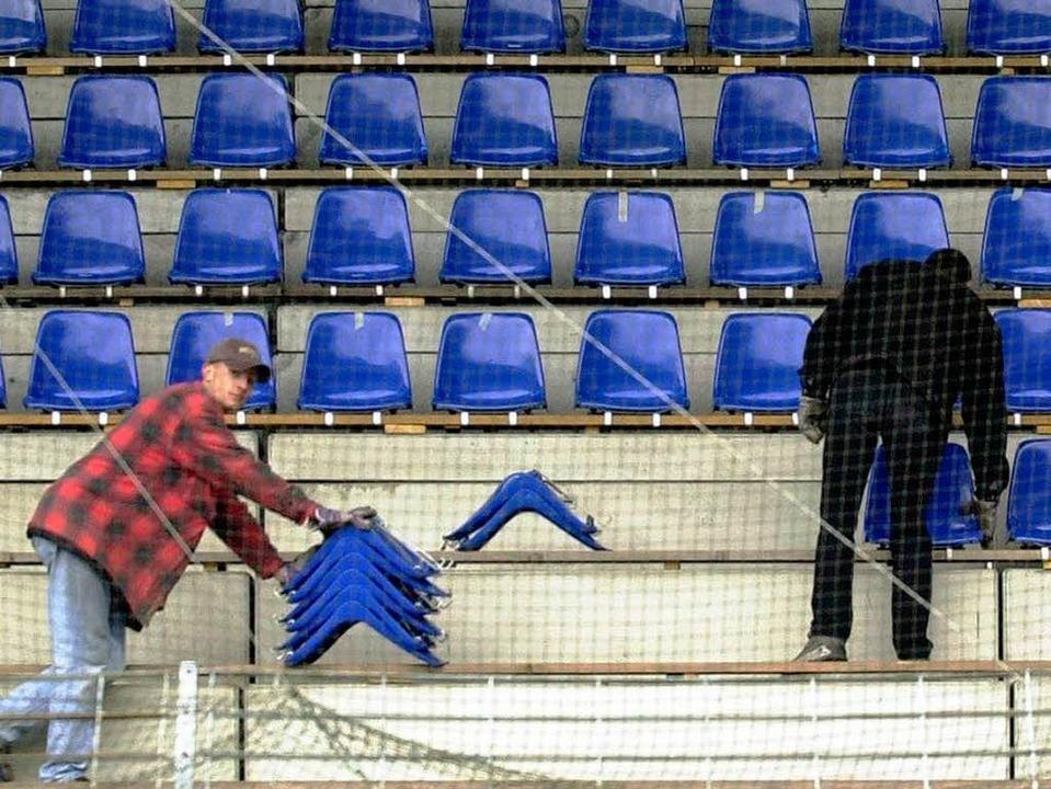 Dieses Bild wird es bald wieder geben:...n Stadion Sitzschalen montiert werden.  | Foto: Rolf Haid