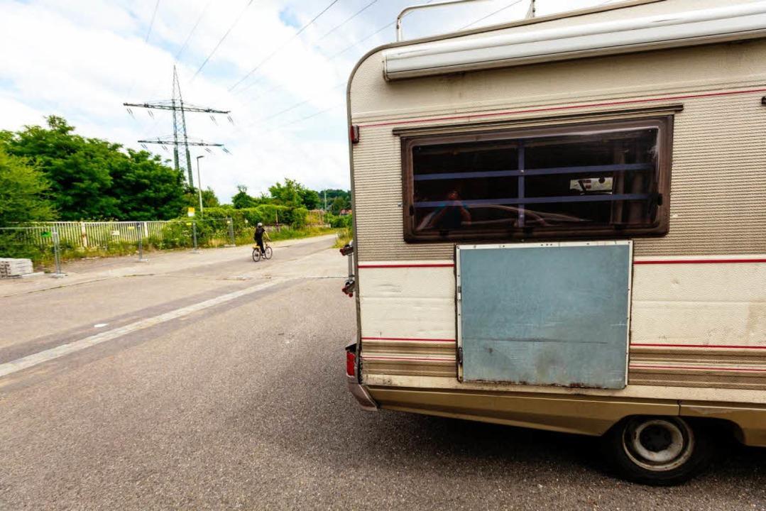 Die Besitzer der Wagenburg-Fahrzeuge w...efordert, das Grundstück zu verlassen.  | Foto: Oliver Huber
