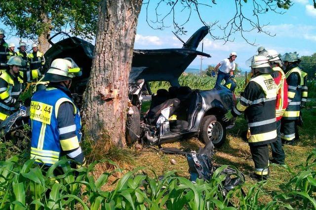 Mit Auto gegen Baum geprallt
