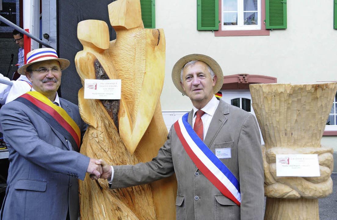 Handreichung: Bürgermeister Rainer Kön...bschluss  feierlich enthüllt wurden.    | Foto: Robert Bergmann