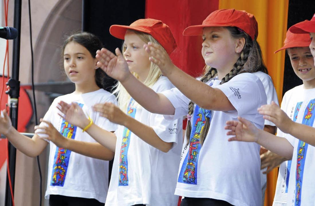Der Zaubervogel-Chor der Grundschule H...t deutschen und französischen Liedern.  | Foto: Robert Bergmann