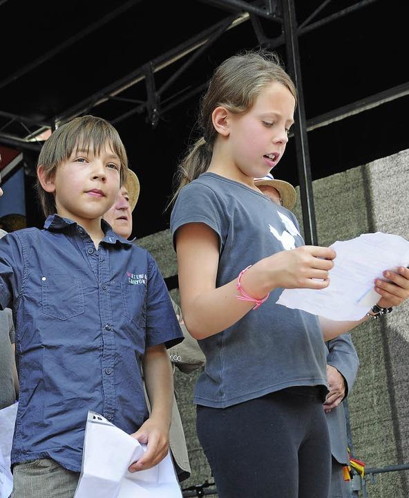 Schüler aus Cornimont verlesen den  Te...nen Freundschafts-Urkunde mit Steinen.  | Foto: Robert Bergmann