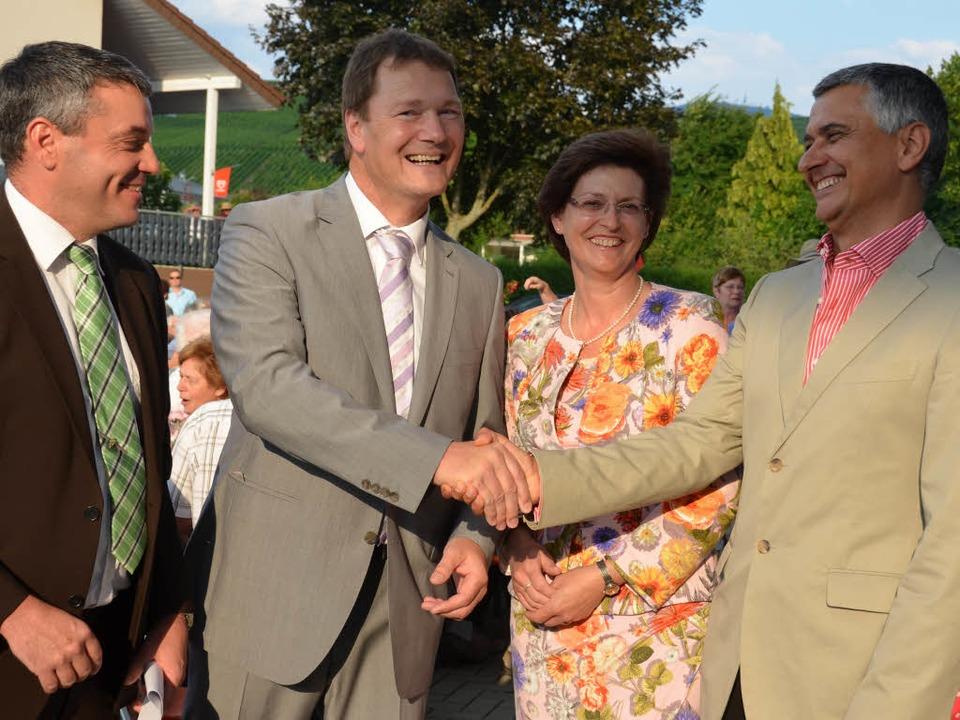 Bürgermeister Fritz Deutschmann und se...ein und in Anwesenheit vieler Bürger.   | Foto: Sigrid umiger