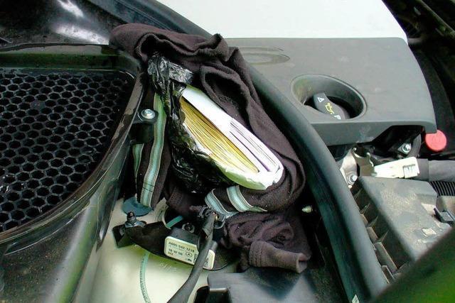 Mann versucht 70.000 Euro unter der Motorhaube zu schmuggeln