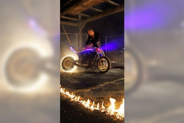 Burnout begeistert Biker in Riedern