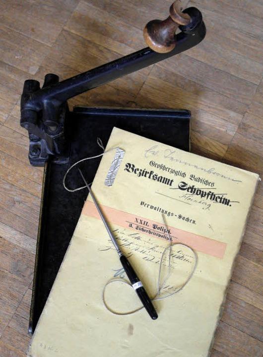 Knoten  statt Klammern: Genormter Loch...en für Ordnung in badischen Archiven.   | Foto: helmut rothermel