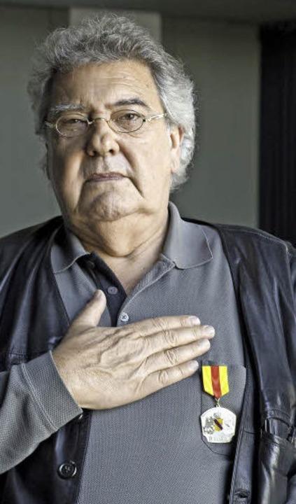 Hand aufs Herz: Klaus Spürkel hält auch auf der Bühne die badischen Farben hoch.  | Foto: Daniel Schoenen