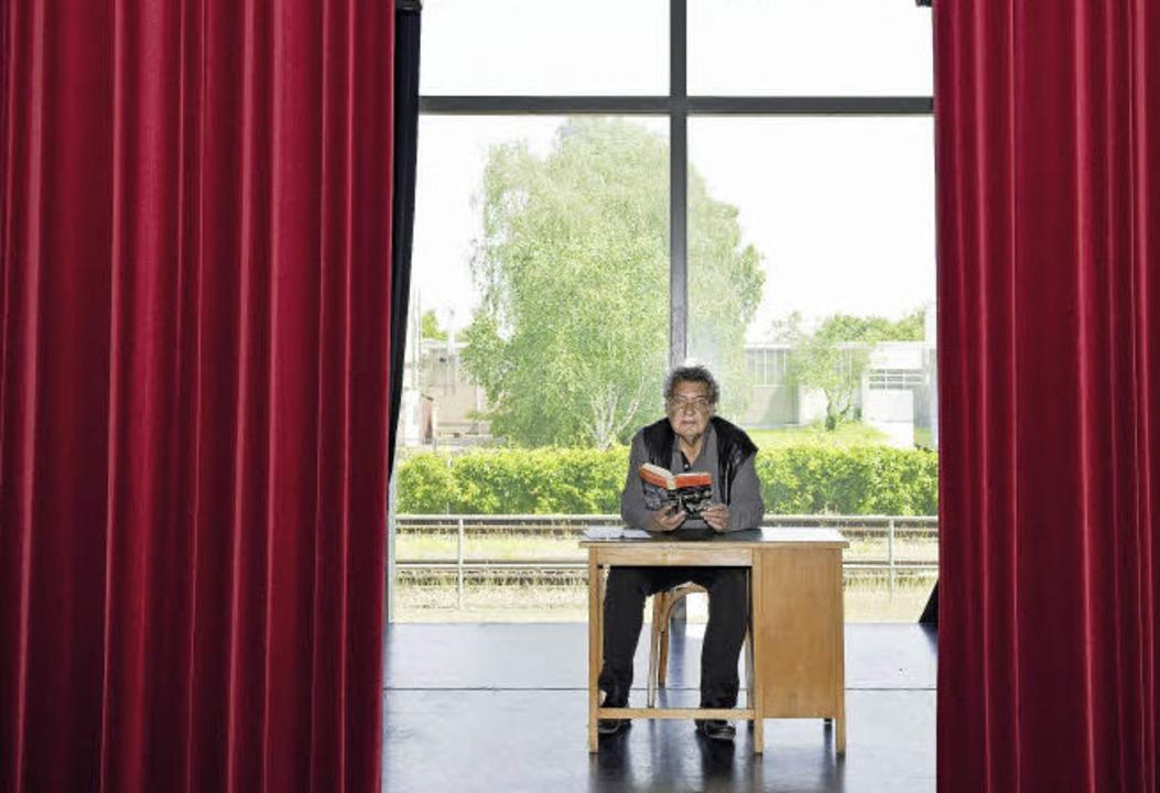 Hand auf Herz: Klaus Spürkel hält auf,... der Bühne die badischen Farben hoch.   | Foto: Daniel Schoenen