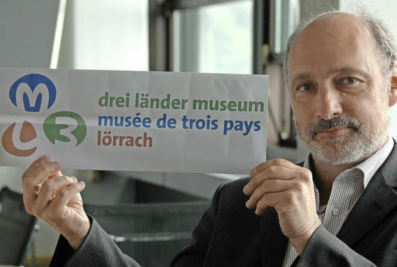 Museumsleiter Markus Moehring mit dem neuen Namenszug  | Foto: Nikolaus Trenz