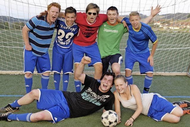 Die Mannschaft 1. FC KSS holt sich den Siegerpokal