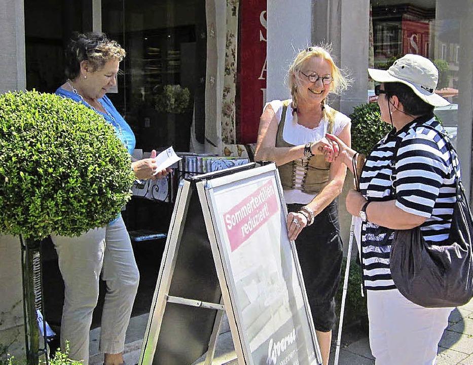 Auf verständnisvolle Geschäftsleute st...mit Behinderungen bei ihrem Rundgang.   | Foto: ZVG
