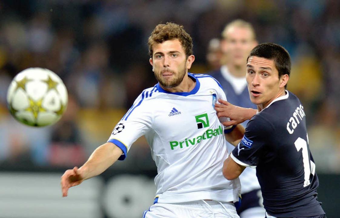 Admir Mehmedi (links) am 3. Oktober 20...Spiel Dynamo Kiew gegen Dinamo Zagreb.  | Foto: SERGEI SUPINSKY