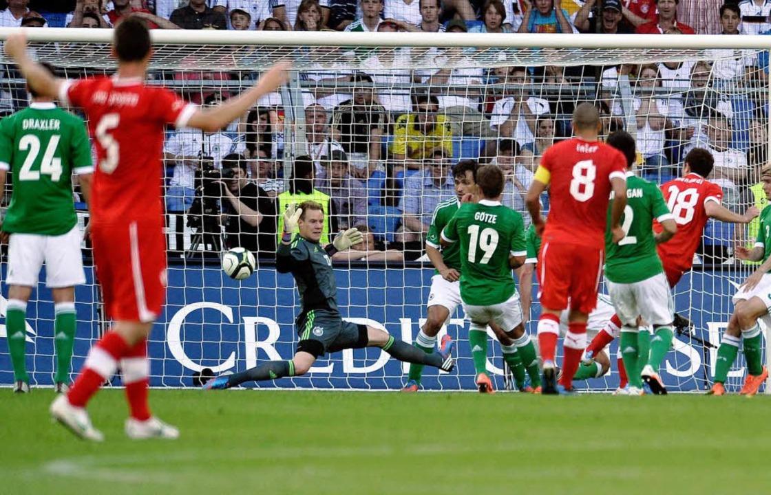 Admir Mehmedis Tor im Spiel Schweiz gegen Deutschland am 26. Mai 2012 in Basel.  | Foto: Peter Schneider