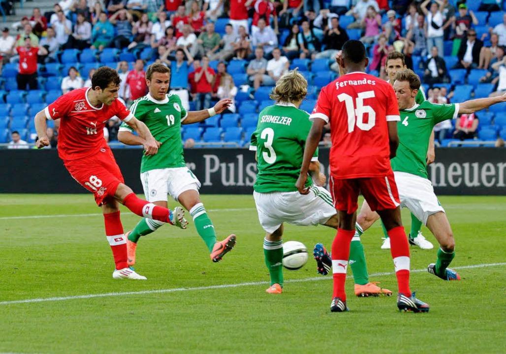 Admir Mehmedis Tor im Spiel Schweiz gegen Deutschland am 26. Mai 2012 in Basel.  | Foto: Salvatore Di Nolfi