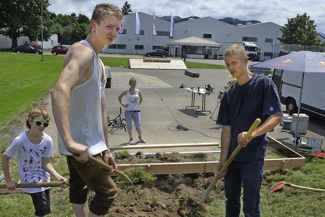 Jugendliche bauen sich ihre Quarterpipe selbst