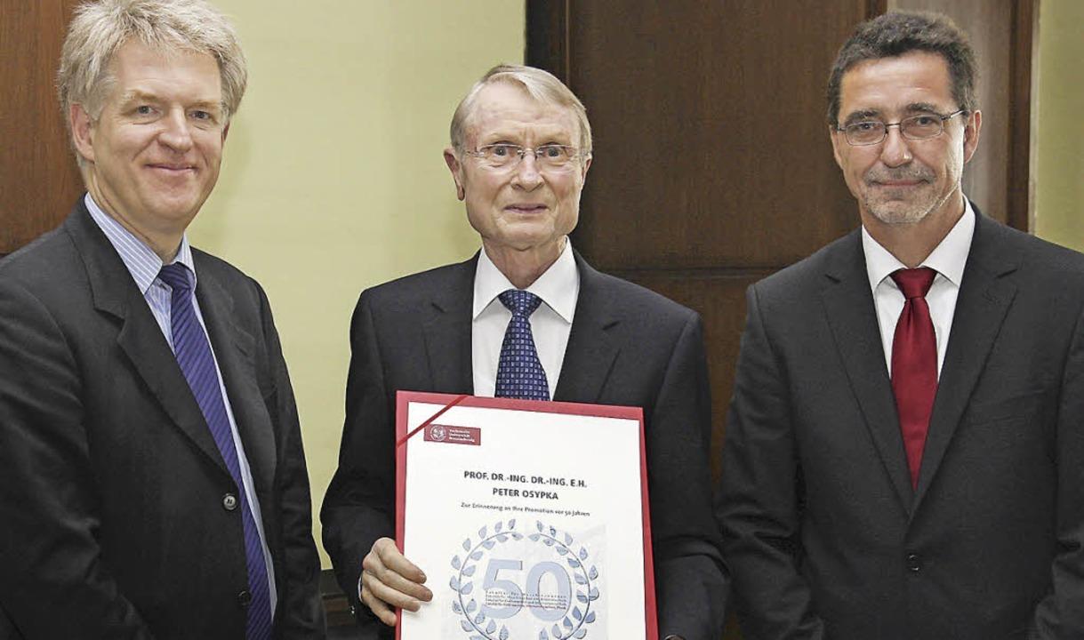 Auszeichnung für Peter Osypka (Mitte):...ndreas Waag übergeben ihm die Urkunde.  | Foto: privat