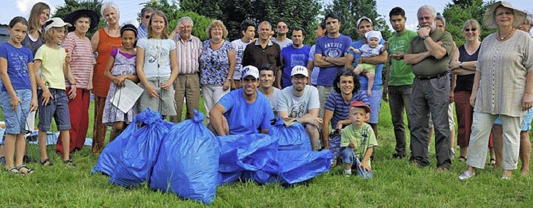 Einen kleinen Berg von Müll sammelte d...st auf ihrem neuen Grundstück feierte.  | Foto: privat