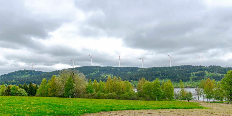 Bis zu sieben Windkraftanlagen böte de...m Südufer des Schluchsees aus gesehen.  | Foto: Michael Glaser
