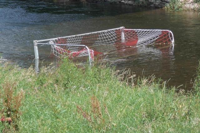 Vandalen schmeißen Fußballtor in die Kinzig