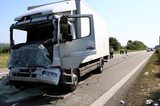 Lastwagenfahrer nach Unfall auf der A 5 in Lebensgefahr