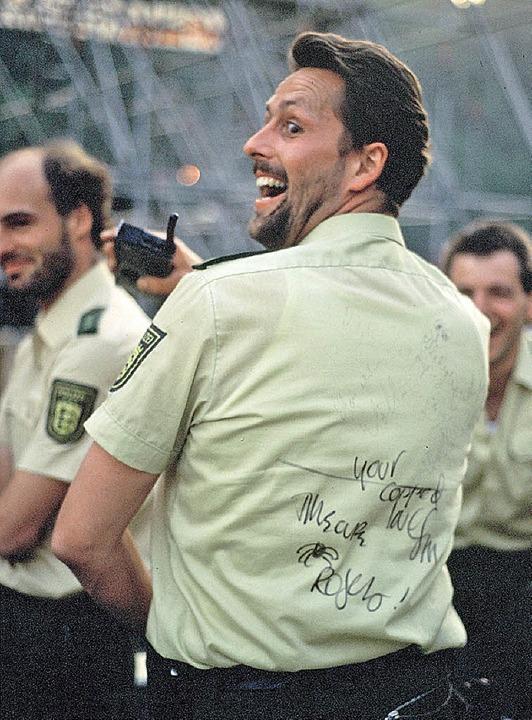 Polizist mit Campino-Autogramm  | Foto: Uwe Mauch